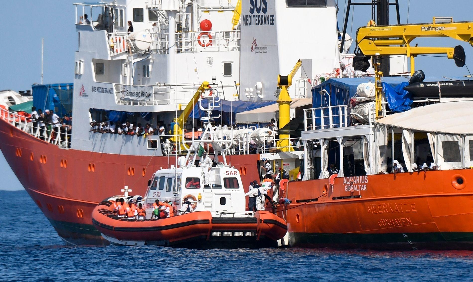 AQUARIUS: Et italiensk kystvaktfartøy ligger ved siden av Aquarius, som er på vei mot Spania med over 600 migranter.