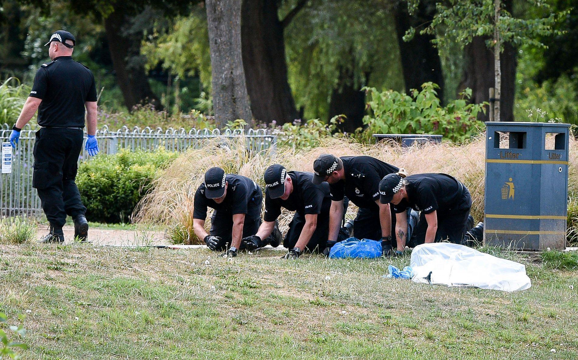 SØK: Politiet finkjemmet Queen Elizabeth Gardens, der paret skal ha funnet flasken de tror spredte nervegiften.