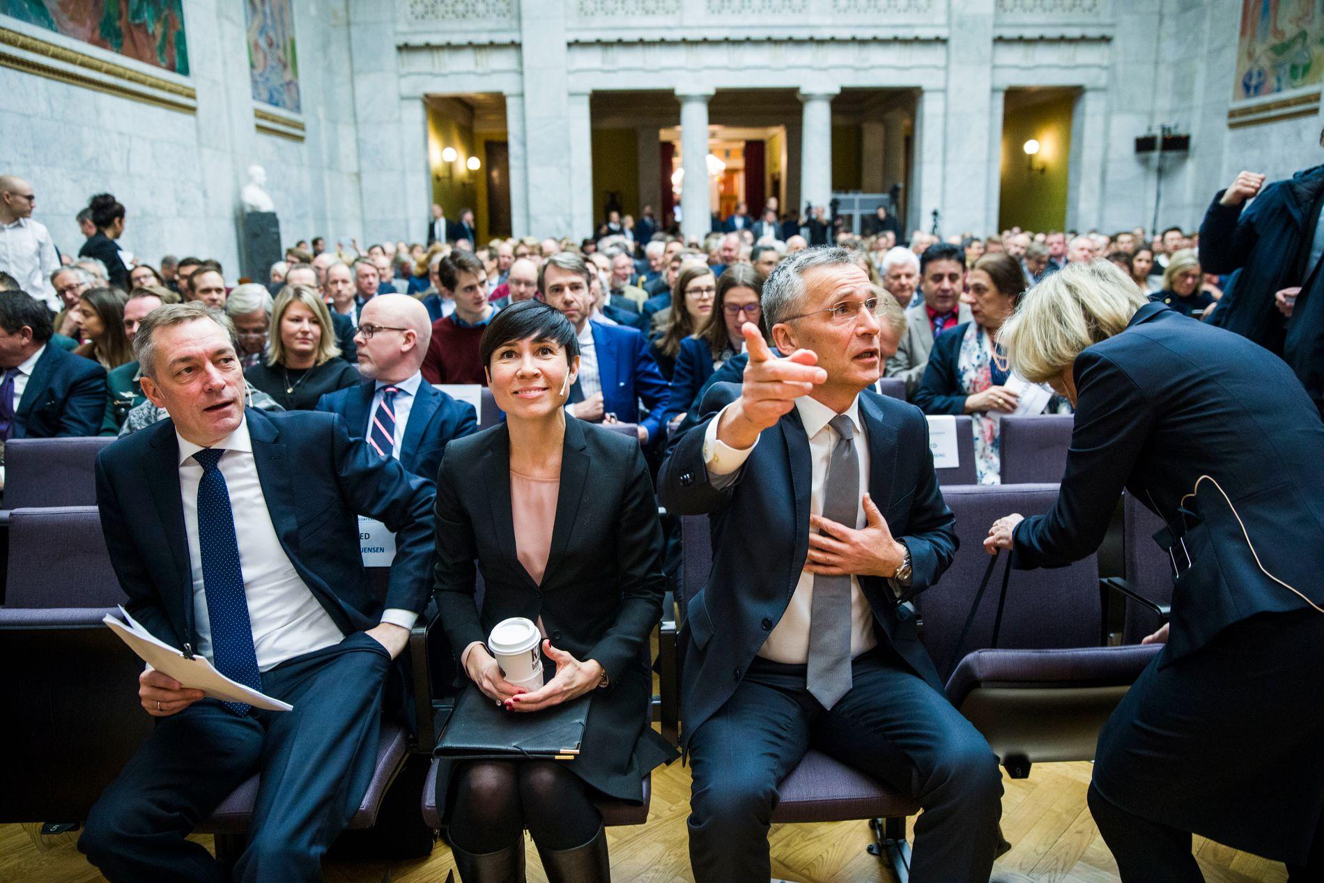 MØTTES: NATO-sjef Jens Stoltenberg møtte tidligere i dag forsvarsminister Frank Bakke-Jensen (til venstre) og utenriksminister Ine Marie Eriksen Søreide på Leangkollen.