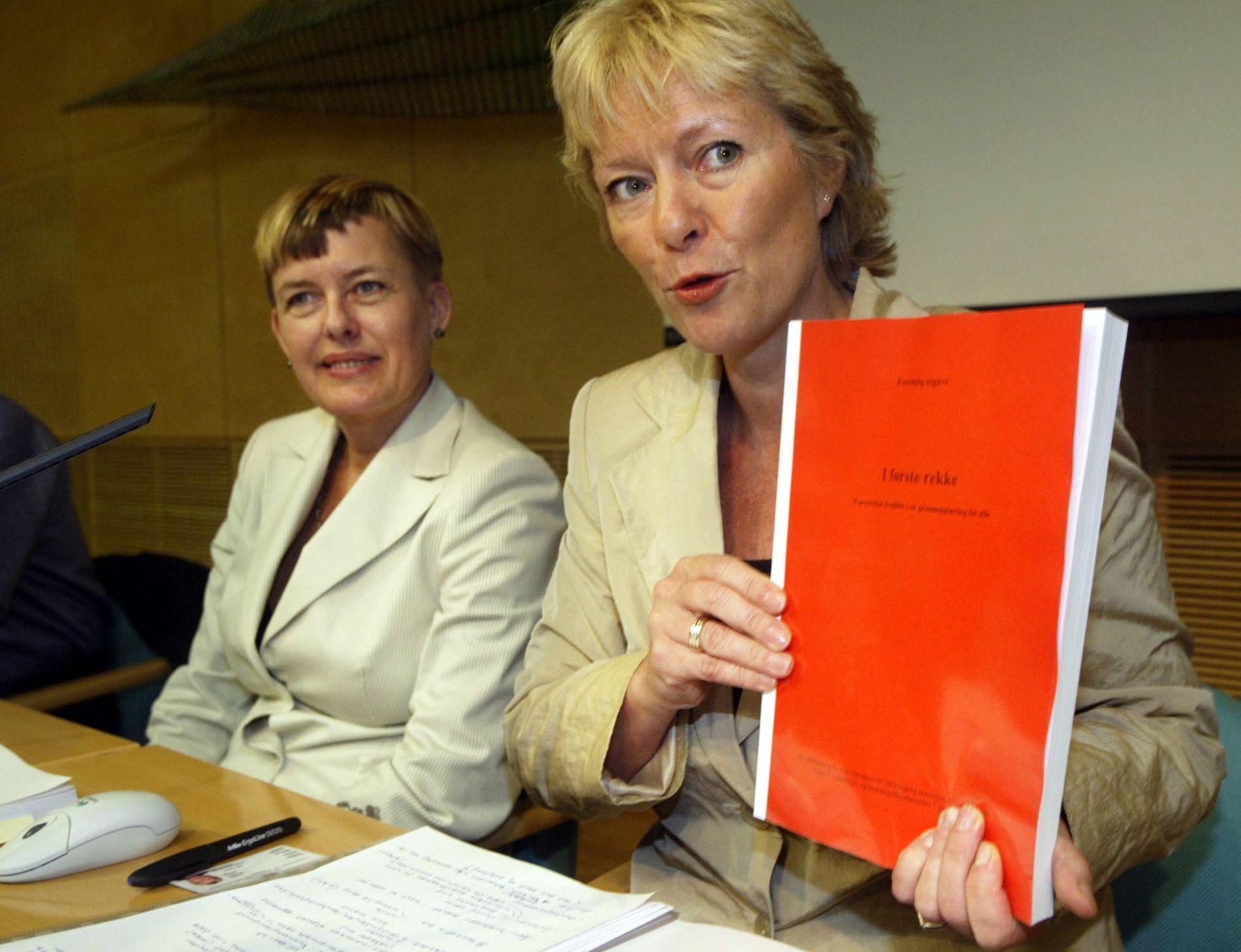 I FØRSTE REKKE: Astrid Søgnen, leder i Søgnen-utvalget, eller utvalget for kvalitet i utdanningen, overleverte i 2003 sitt forslag til en bedre skole, «I første rekke», til daværende utdanningsminister Kristin Clemet.