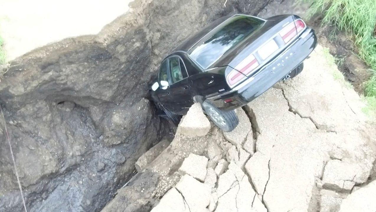 UFLAKS: Asfalten forsvant plutselig under hjulene på den 16-årige sjåføren i Minnesota i USA.