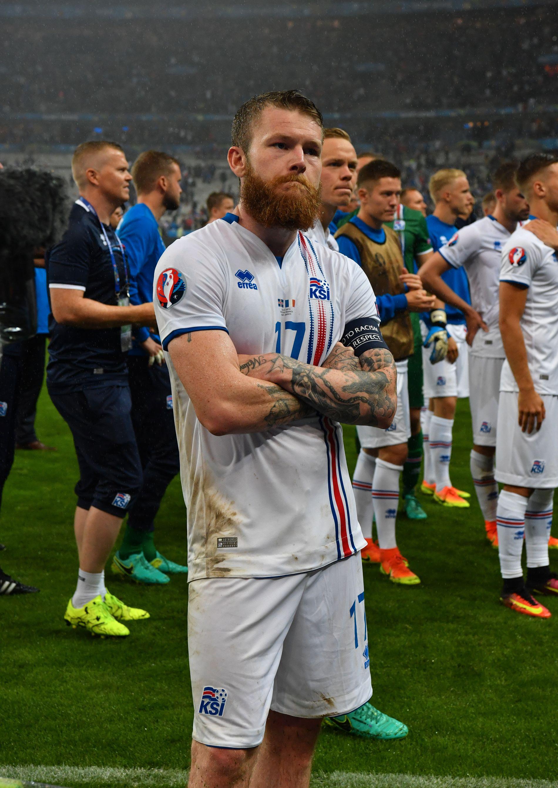 AVSLUTTET MED STIL: En skuffet Aron Gunnarsson står i spissen for de islandske spillerne når de takker supporterne etter kampen.