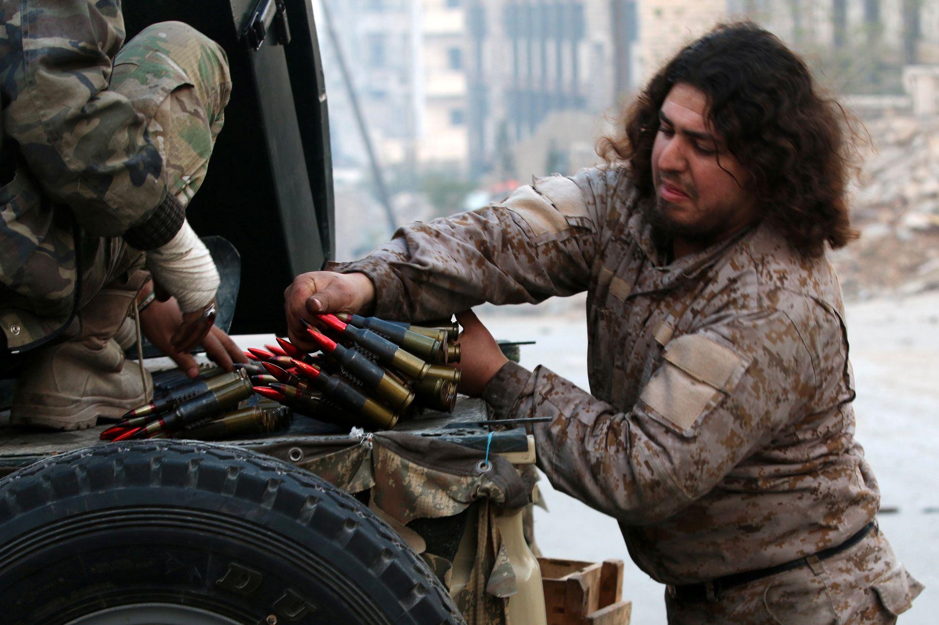 STÅR IMOT: En soldat fra Den frie syriske hær laster ammunisjon i et nabolag som kontrolleres av opprørerne. Bildet ble tatt mandag denne uken.