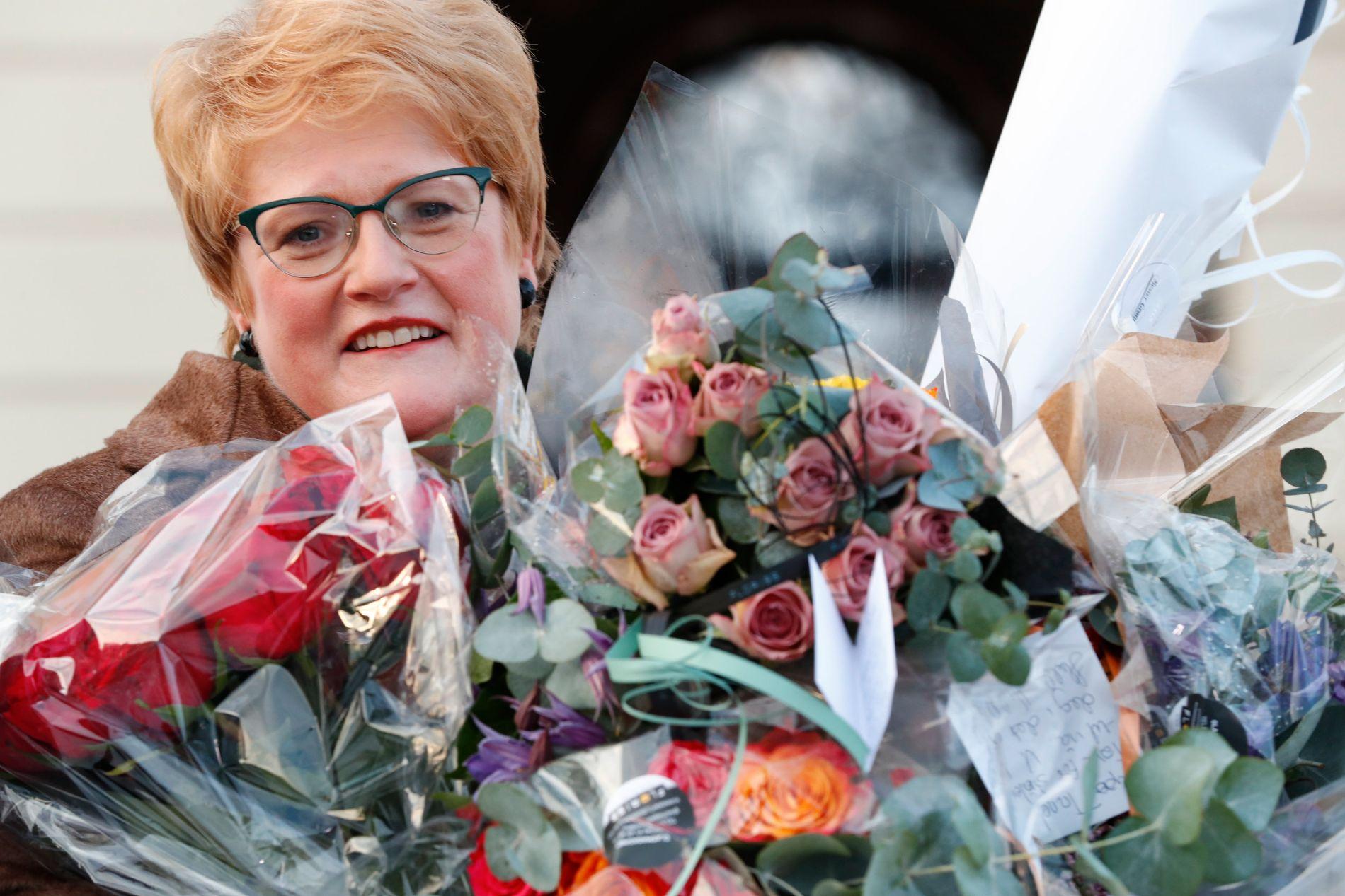 BLE STATSRÅD: Trine Skei Grande ble overøst med blomsterbuketter da hun kom ut på Slottsplassen etter å ha blitt utnevnt av Kongen i statsråd til kulturminister onsdag.