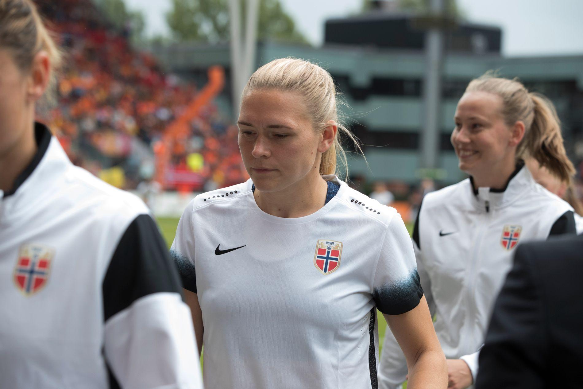 HJEMME IGJEN: Ingrid Isaksen i den norske landslagstrøyen før EM-kampen mot Nederland i 2017. Det kan gå lang tid før neste gang hun spiller med flagget drakten.