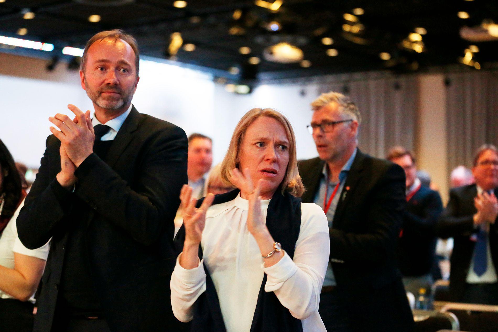 TAR AVSTAND: Anniken Huitfeldt, her sammen med Trond Giske på landsmøtet i Arbeiderpartiet i 2017.