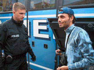 GJENFORENT:  Mannen på bildet oppga navnet Mohammed. I München møtte han igjen broren som han ikke hadde sett på over ett år.