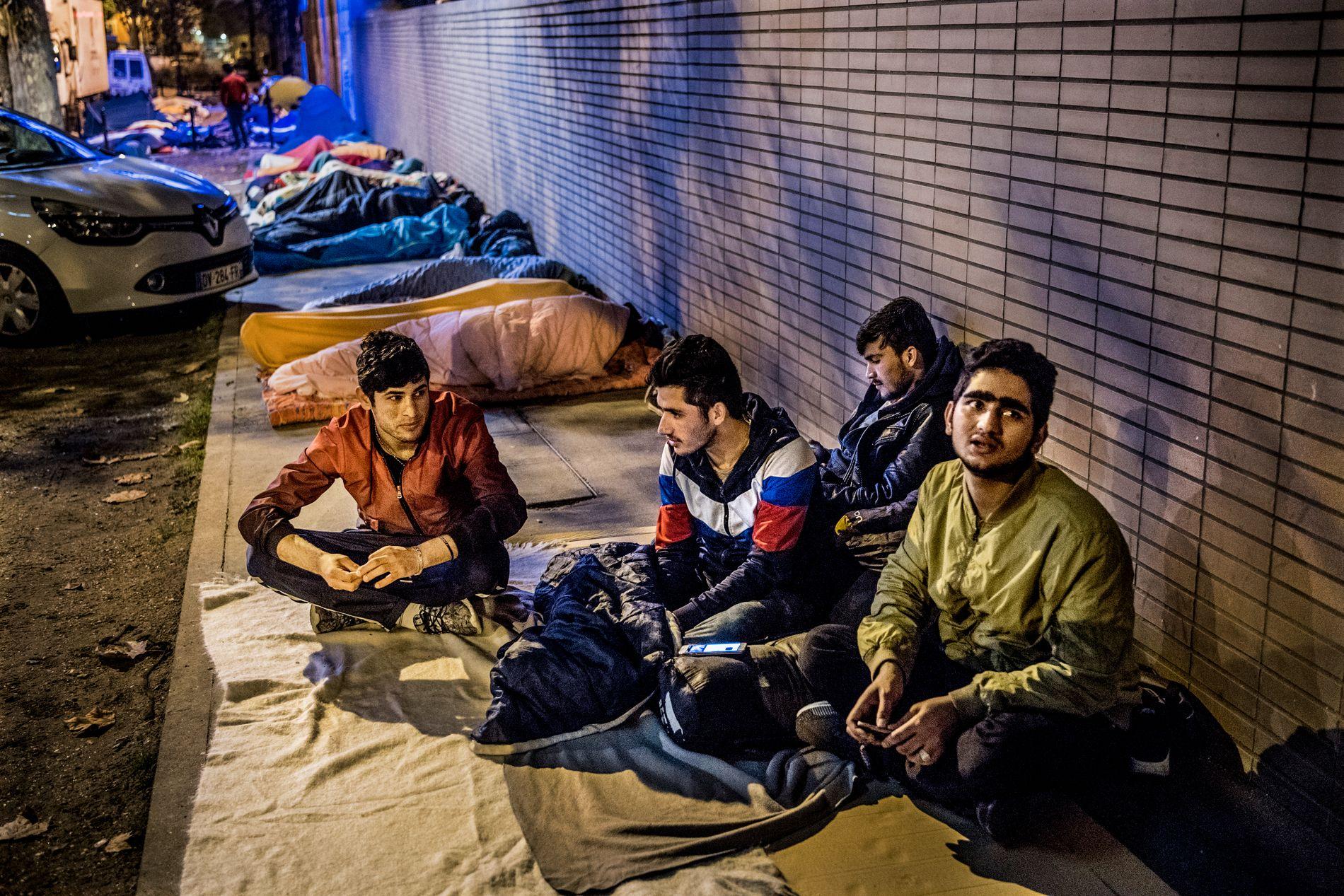 «HJEMME»: De fire guttene Aref, Dadshah, Ihsahullah og Yasin har alle bodd på mottak i Norge, men fikk bare midlertidig opphold til de fylte 18 år og dro fra Norge før 18-årsdagen. Her er deres seng for kvelden, i en mørk gate nord i Paris.
