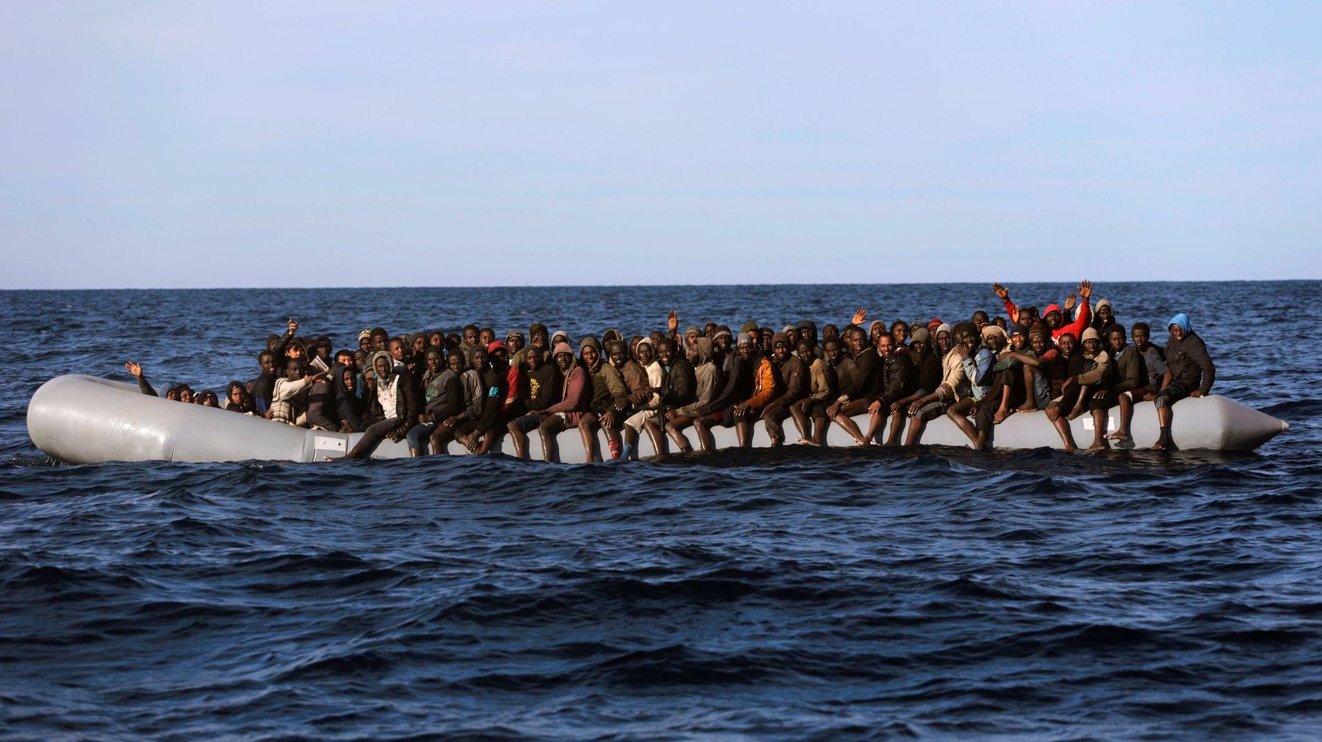 MANGE REDDES: Ferden fra Libya til Italias kyst er svært farlig, og mange mennesker dør hvert år som følge av drukning. Her blir migranter fra Sør-Sahara reddet av en hjelpeorganisasjon, 22 mil utenfor den libyiske kysten, i januar.