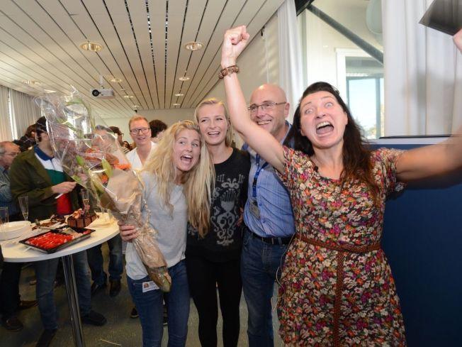 NOBELPRISVINNER: NTNU- forsker May-Britt Moser (t.h.) feiret sammen med døtrene Aylin og Isabell og dekan ved NTNU Stig Slørdal etter tildelingen. Foto: Geir Otto Johansen/VG