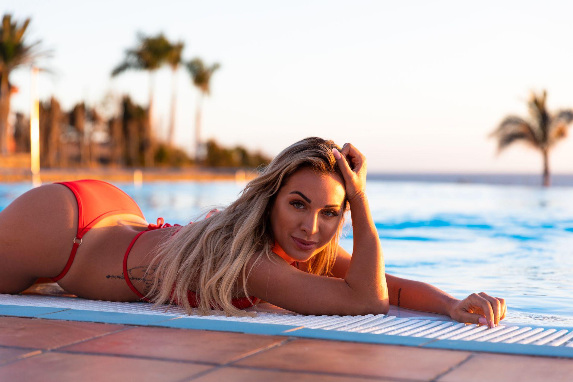POSERER: Carina Dahl lanserte torsdag bikinikolleksjonen Pinkyswear, men har ikke alltid vært like komfortabel med å posere lettkledd foran kamera.