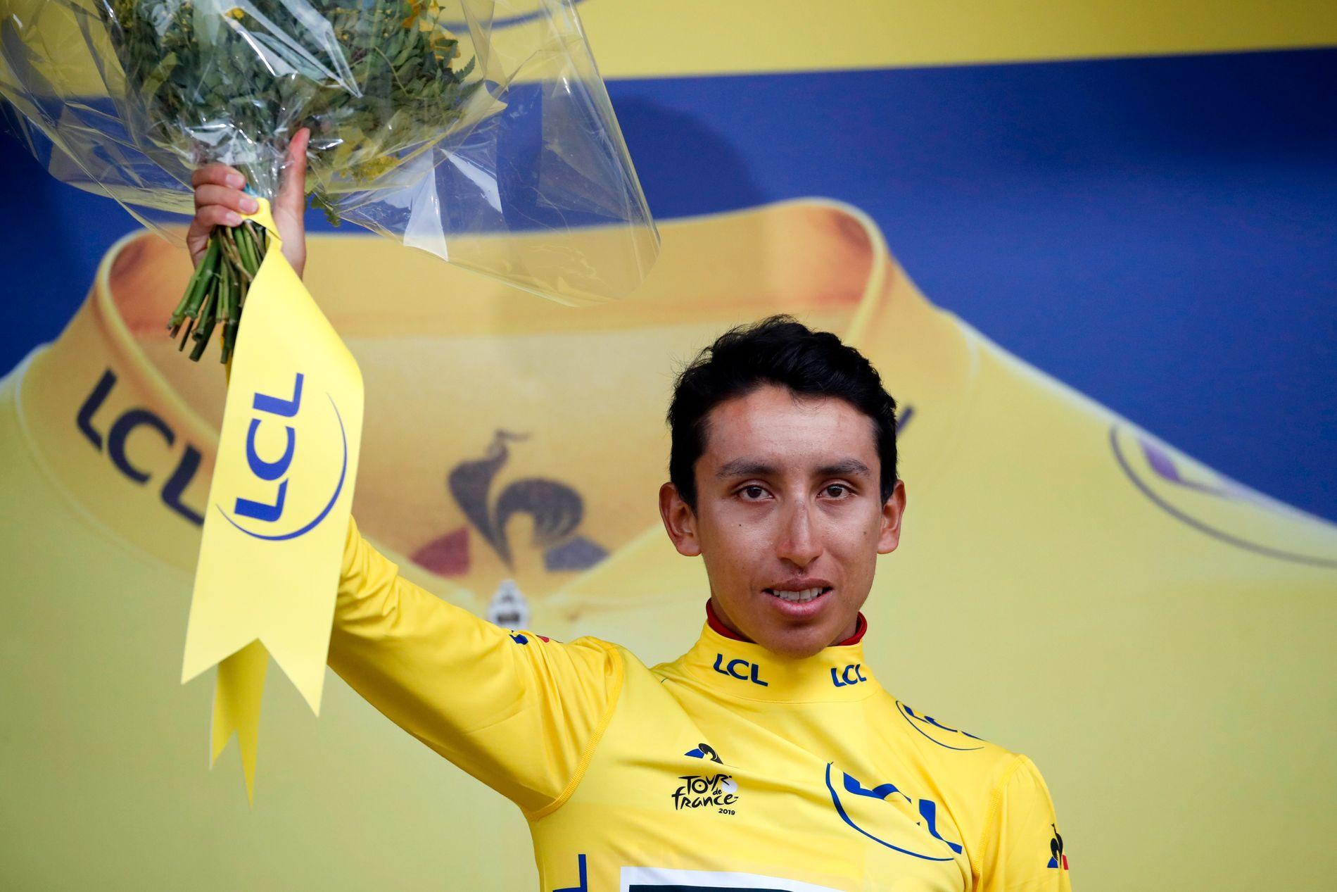 NY LEDER: Egan Bernal poserer på toppen av podiet etter en høydramatisk 19. etappe i Tour de France.
