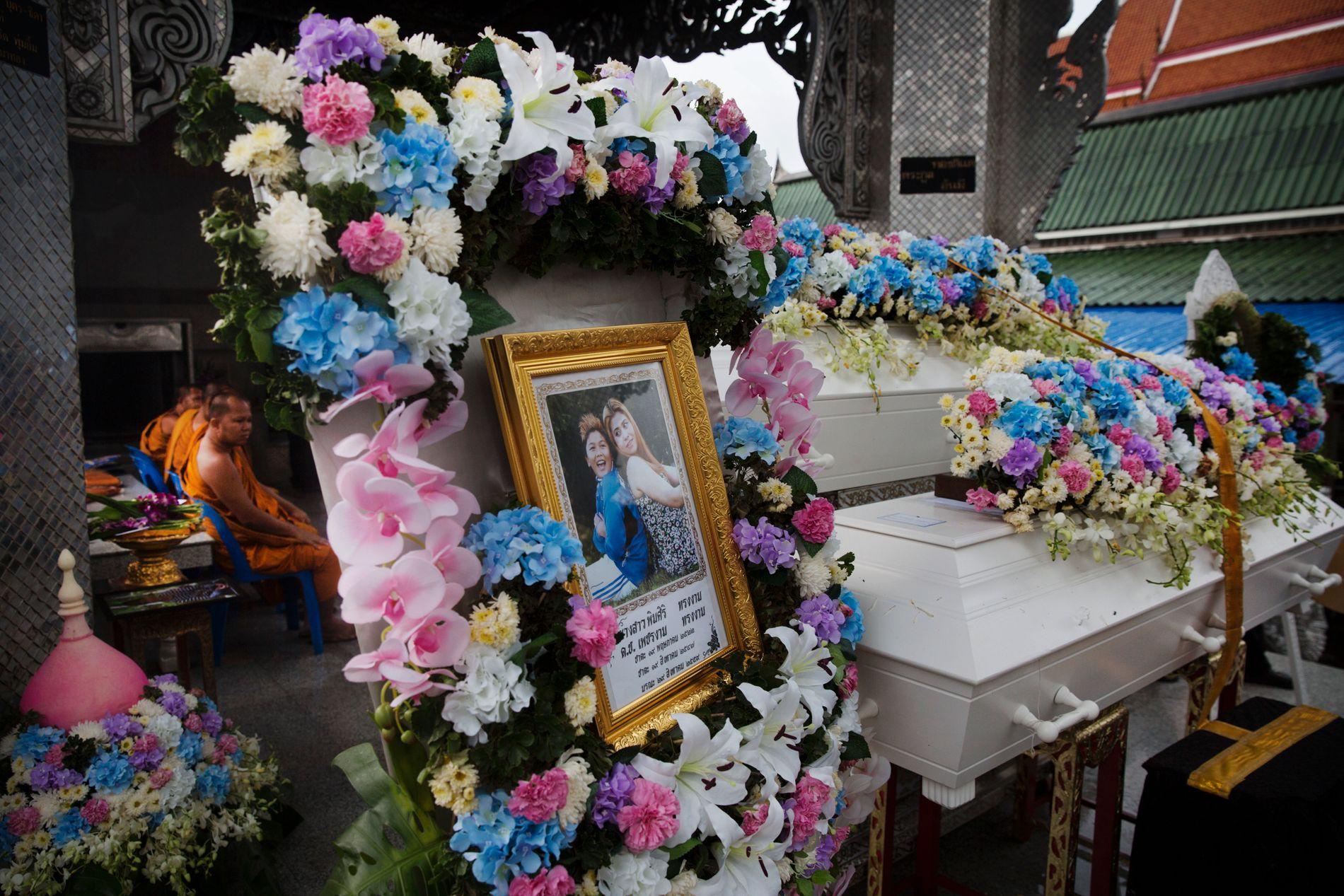 I BANGKOK: Her begraves Pimsiri (37) og sønnen Petchngam (12) under en buddhistisk seremoni i Bangkok.