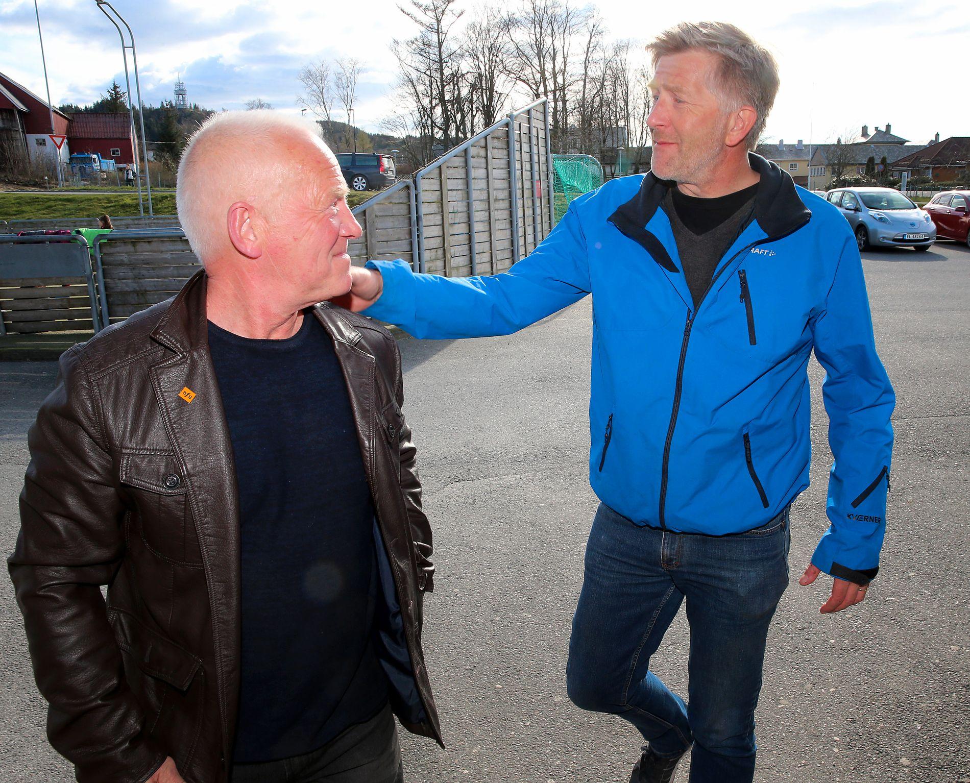 NEI-MANN: Geir Tore Søreide (t.v.) får en klapp på skulderen av Jarle Nesbø, som er på vei inn for å stemme i Fitjar. Søreide mener mange stemmer nei fordi de har for lite informasjon, ikke på grunn av følelser. – Dette er ikke en fotballkamp der vi heier på Fitjar mot Stord, sier han.