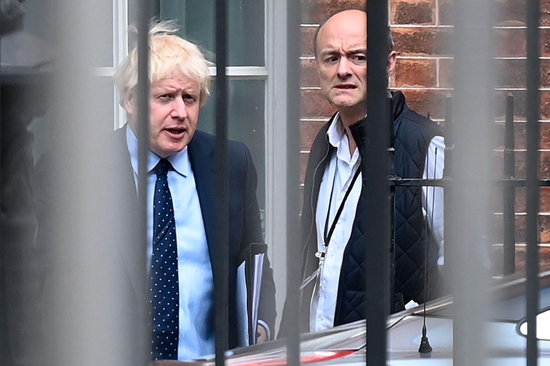 JOBBER TETT: Statsminister Boris Johnson og spesialrådgiver Dominic Cummings i det de forlater statsministerboligen i Downing Street 10 i London tidligere denne uken.