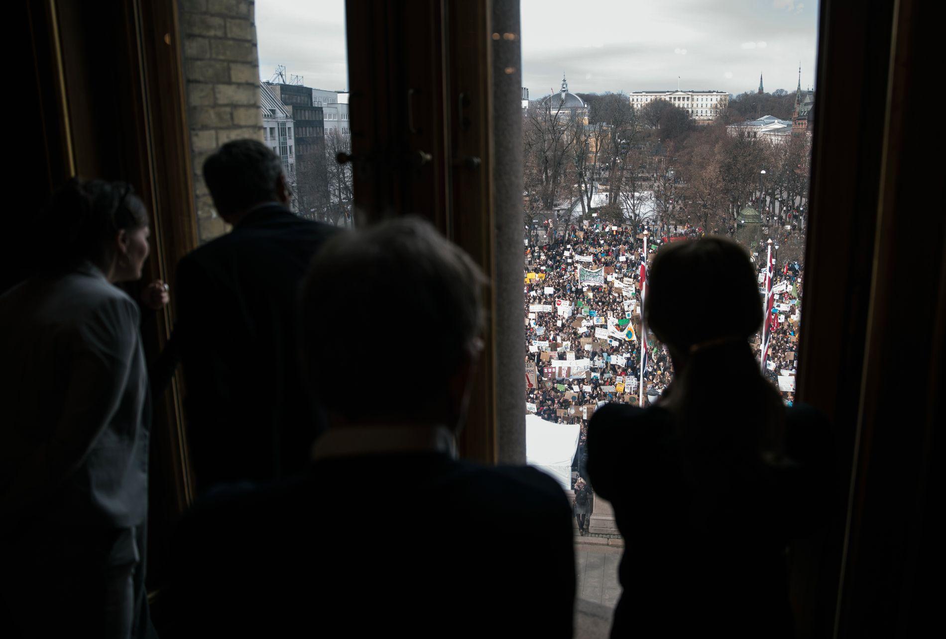 DIPLOM: Innenfra Stortingssalen følges det med på at skoleungdom streiker for klimaet og demonstrerer foran Stortinget i Oslo.