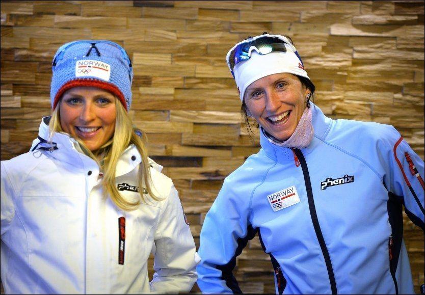 DUELL: Marit Bjørgen (t.h.) og Therese Johaug kjemper en tett kamp om å bli sesongens vinner av den store krystallkula, som bevis på at man er sammenlagtvinner av verdenscupen. Johaug er 71 poeng foran Bjørgen etter onsdagens sprint i Drammen. Her er duoen fotografert i Sotsji forrige måned. Foto: BJØRN S. DELEBEKK