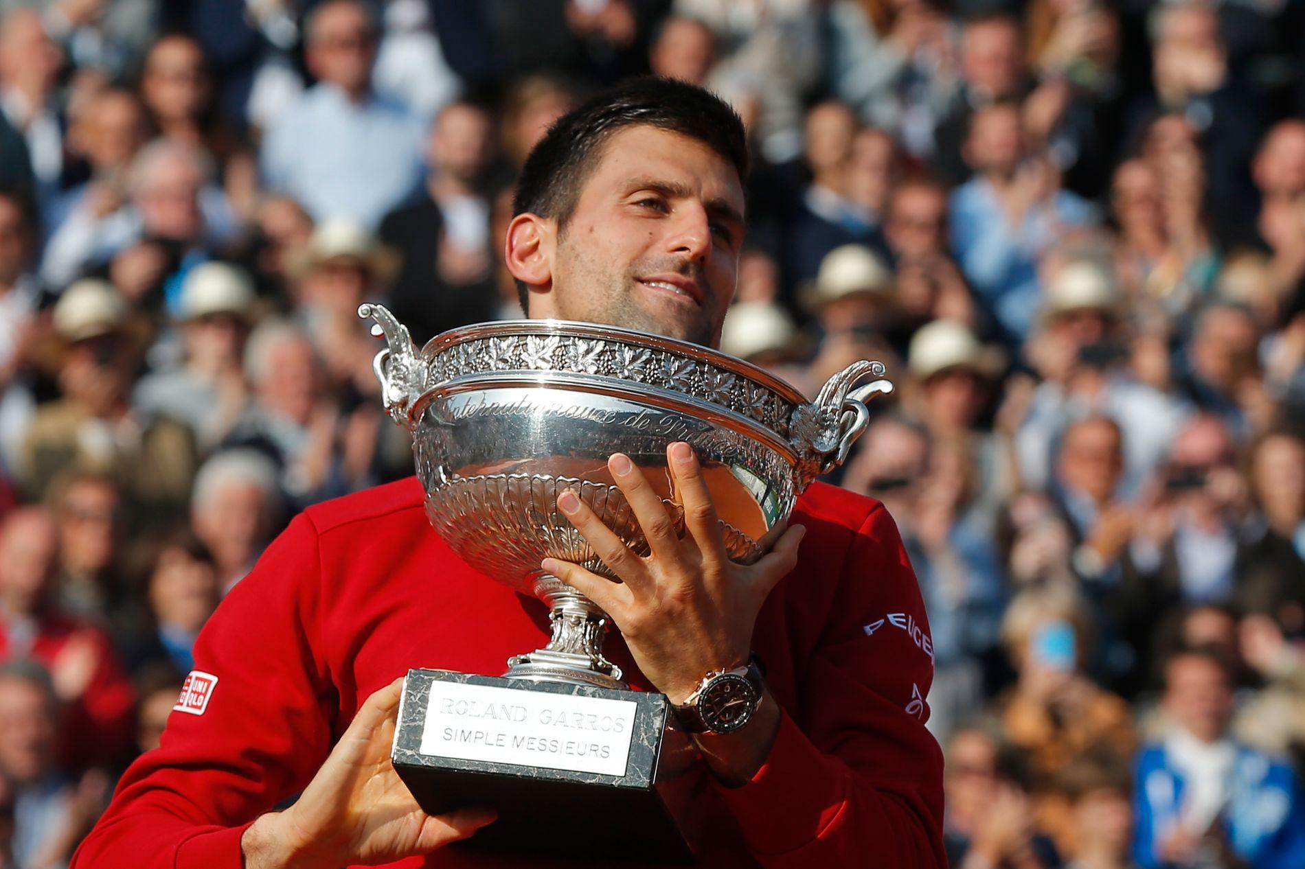 HISTORISK: Novak Djokovic løfter pokalen som vinner av French Open. Det er første gang han vinner på Roland Garros.