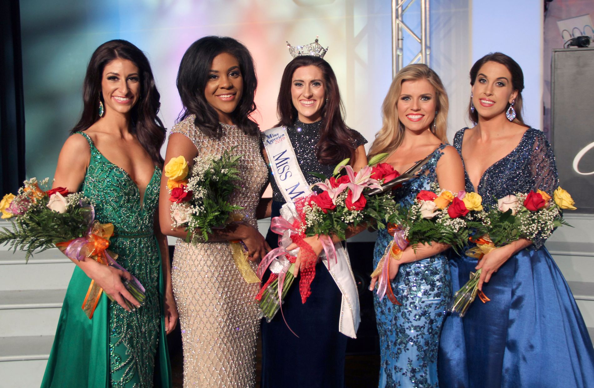 DELSTATSFINALISTENE: Miss Missouri 2016, Erin O'Flaherty, flankert med sine nærmeste konkurrenter under delstatsfinalen 18. juni.