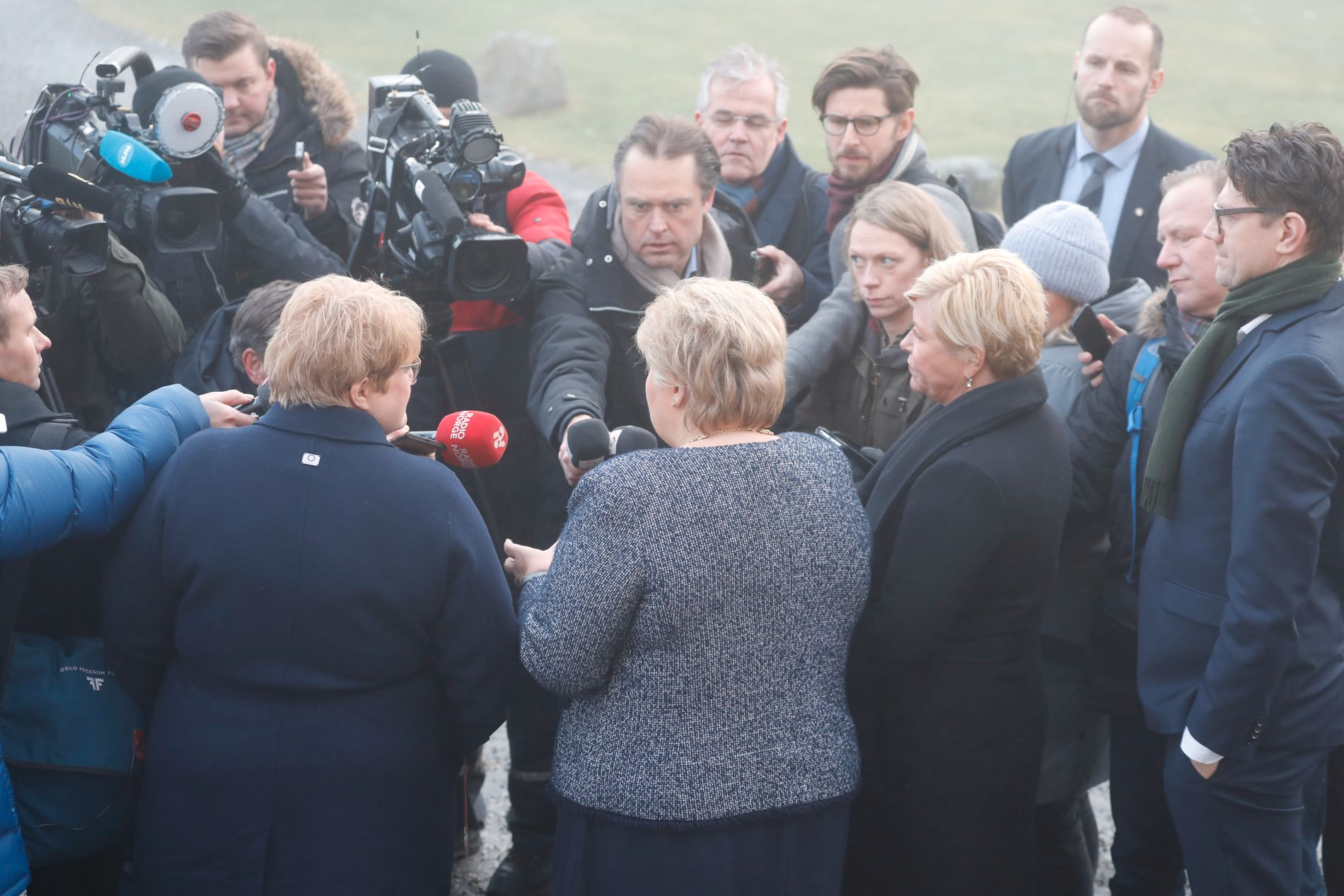 IKKE SIKKERT DE BLIR ENIGE: Trine Skei Grande (til venstre med ryggen til), Erna Solberg og Siv Jensen har startet forhandlinger om en ny plattform for en mindretallsregjering med tre partier.