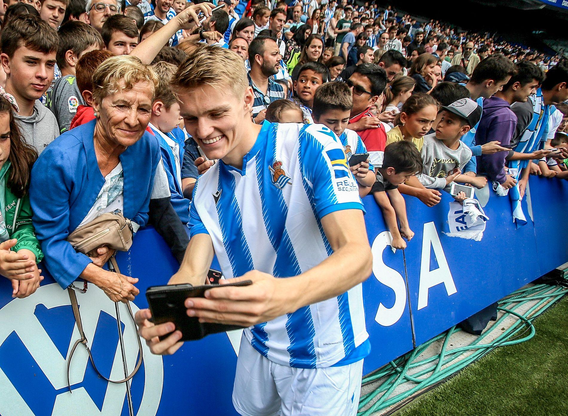 BLINKSKUDD: Martin Ødegaard, som her tar en selfie med fans under sin presentasjon som Real Sociedad-spiller, har kommet svært godt i gang i sin nye klubb.