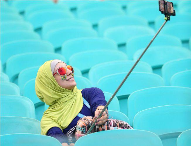 PÅ VM-KAMP: Denne kvinnen benyttet stangen til å ta bilde av seg selv på stadion før kampen mellom Tyskland og Portugal i VM i Brasil.
