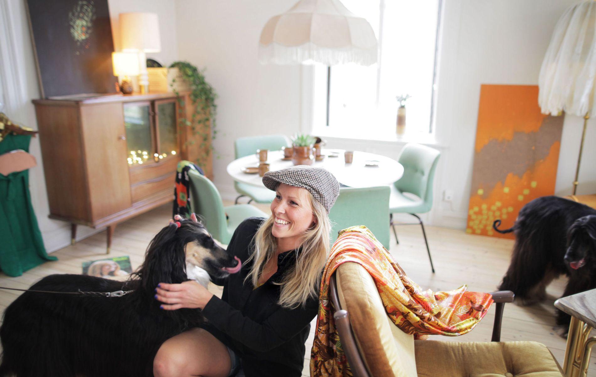 GLAD I LOPPER: Ida Lundqvist har mange tips til hvordan du kan gjøre gode kjøp på et loppemarked. Her i en leilighet hun har innredet med lopper og bruktfunn.