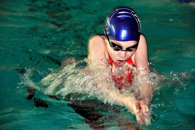 SOM FISKEN I VANNET:  Vilde Gimse fra Tromsø har hatt glede av at hun kan svømme ordentlig brystsvømming, og har i flere år deltatt som aktiv svømmer i stevner og konkurranser. Men slett ikke alle norske elever får like mye basseng-tid som Vilde.