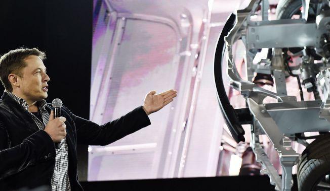 2e362abc Tesla-sjef Elon Musk har lovet å «kurere» rekkeviddeangsten. Her viser han  firehjulsdrift-chassiset ved forrige lansering, i Hawthorne, California.