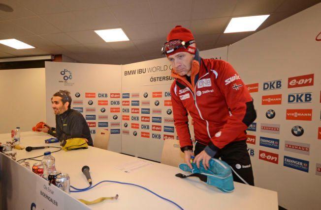 MESTERMØTET: Ole Einar Bjørndalen på vei ut fra pressekonferansen etter 3. plassen på sprinten i går. Til venstre Martin Fourcade, som vant løpet.