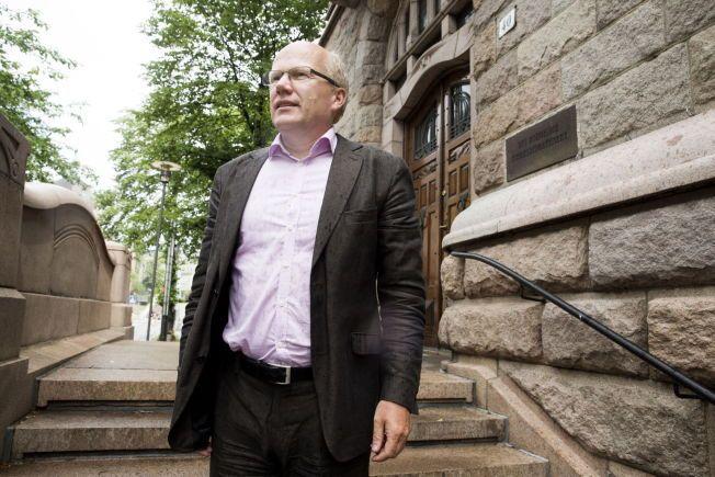 JUSTISPOLITIKER: Hårek Elvenes fra Høyre mener politiet selv må få tilbakeført penger fra inndragning etter straffbare handlinger. Her foran Finansdepartementet som vanligvis forvalter slike midler. Foto: