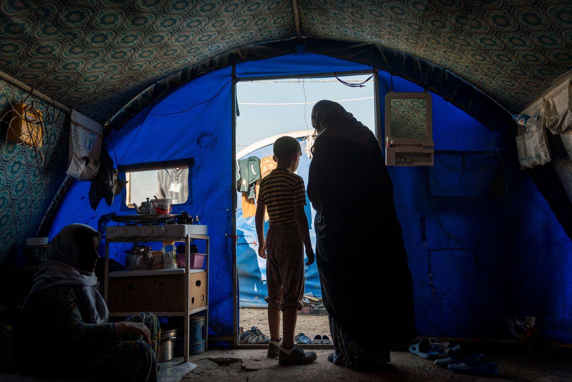 FORFULGT: Seksbarnsmoren Amina (30) er blant dem som oppholder seg i en leir ved Hamam al-Alil i Nord-Irak. Hun beskriver det som «helvete på jord», men takket være ektemannens IS-tilknytning er det vanskelig å komme seg ut.