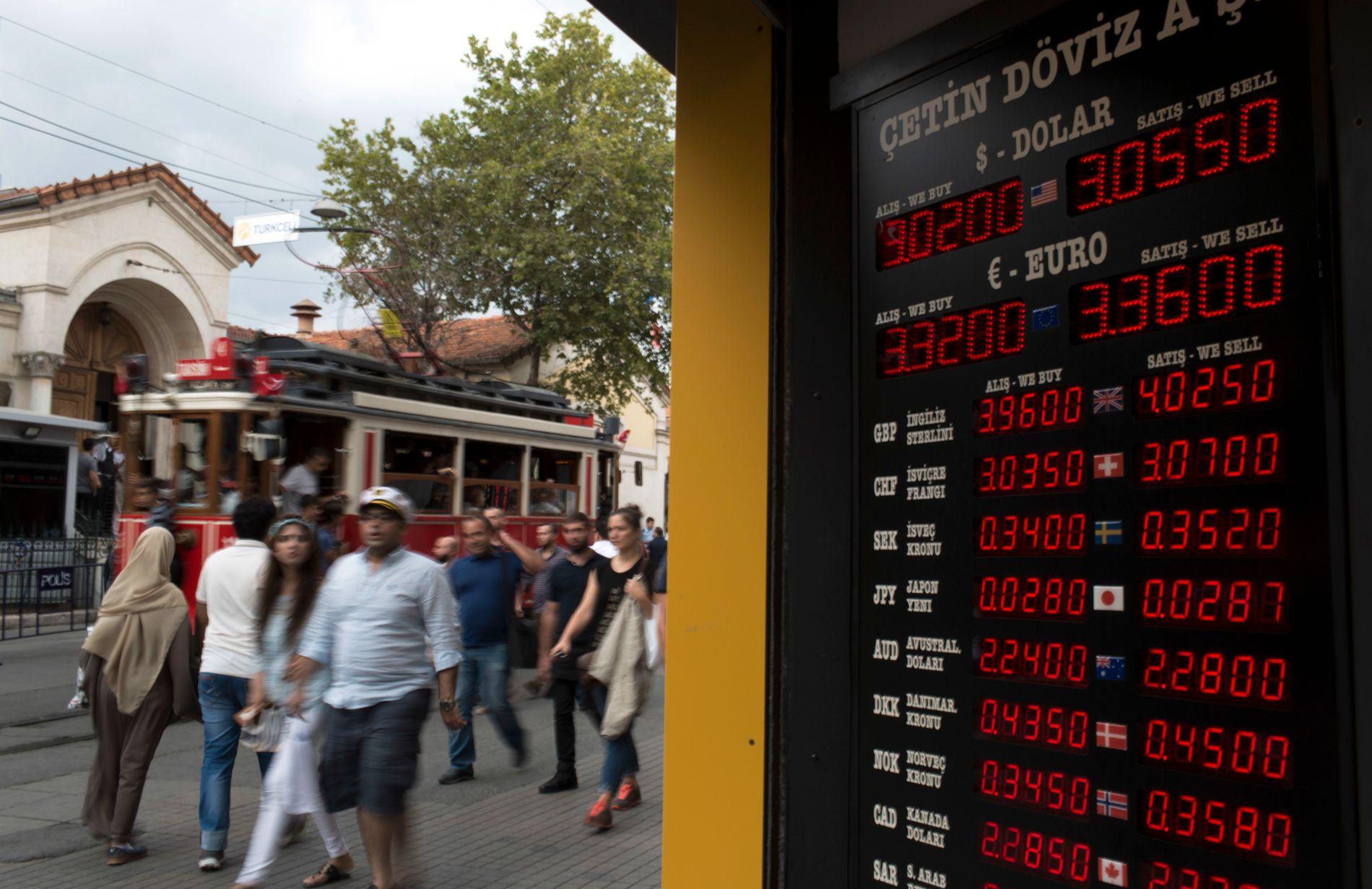 FALLENDE KURSER: Et vekslingsskilt i Istanbuls hovedgate Istiklal i juli rett etter det mislykkede kuppforsøket, da tyrkisk lira også dalte. Nå er den enda lavere.