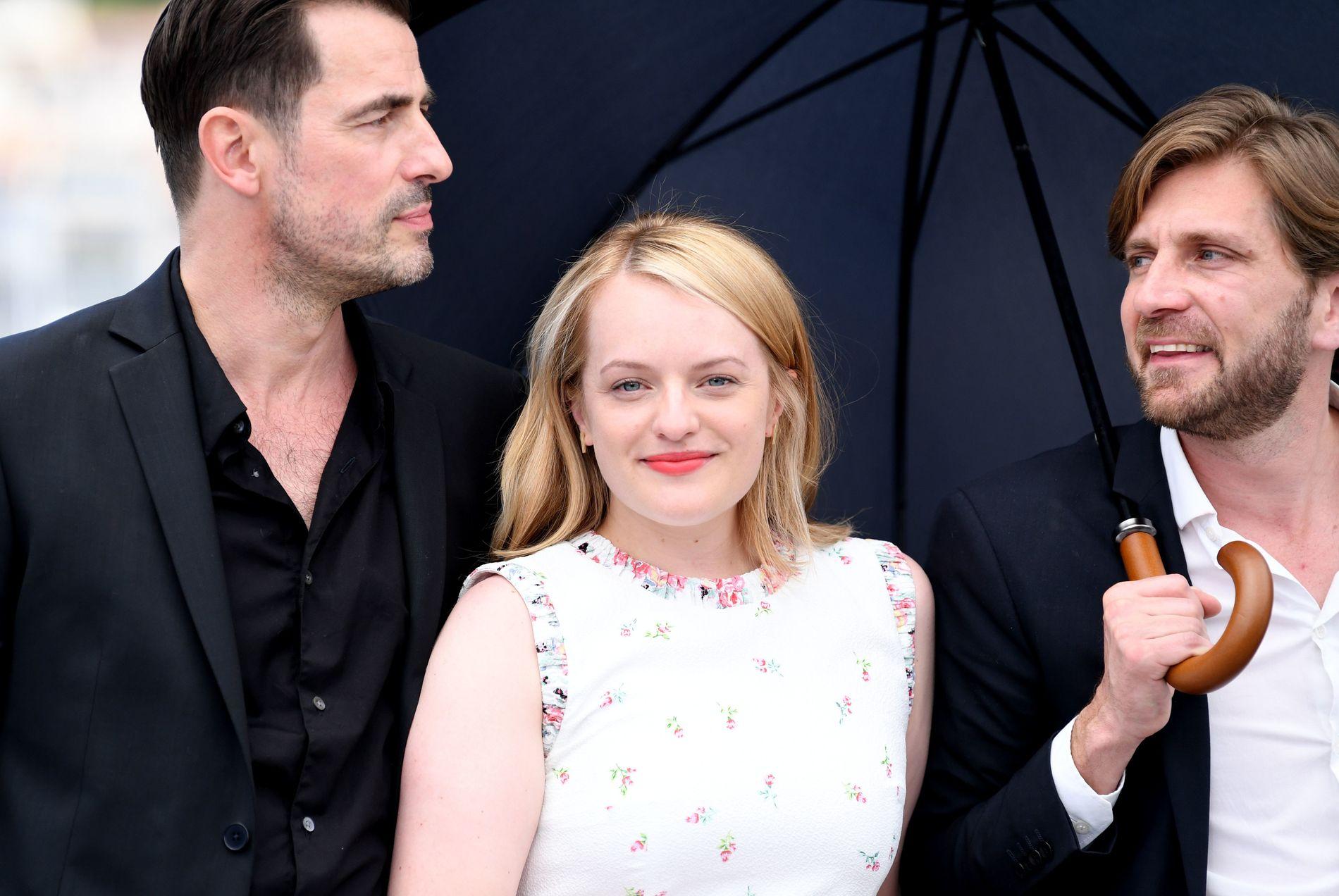 SVENSK REPRESENTASJON: Claes Bang, Elizabeth Moss og Ruben Østlund presenterer «The Square» i Cannes.