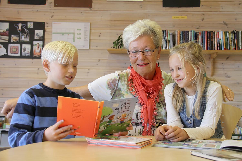 HØYTLESNING: Inger Bingen stortrives å bli lest for av 10-åringer ved Sørumsand skole. Her sammen med Oscar og Malene for to år siden.
