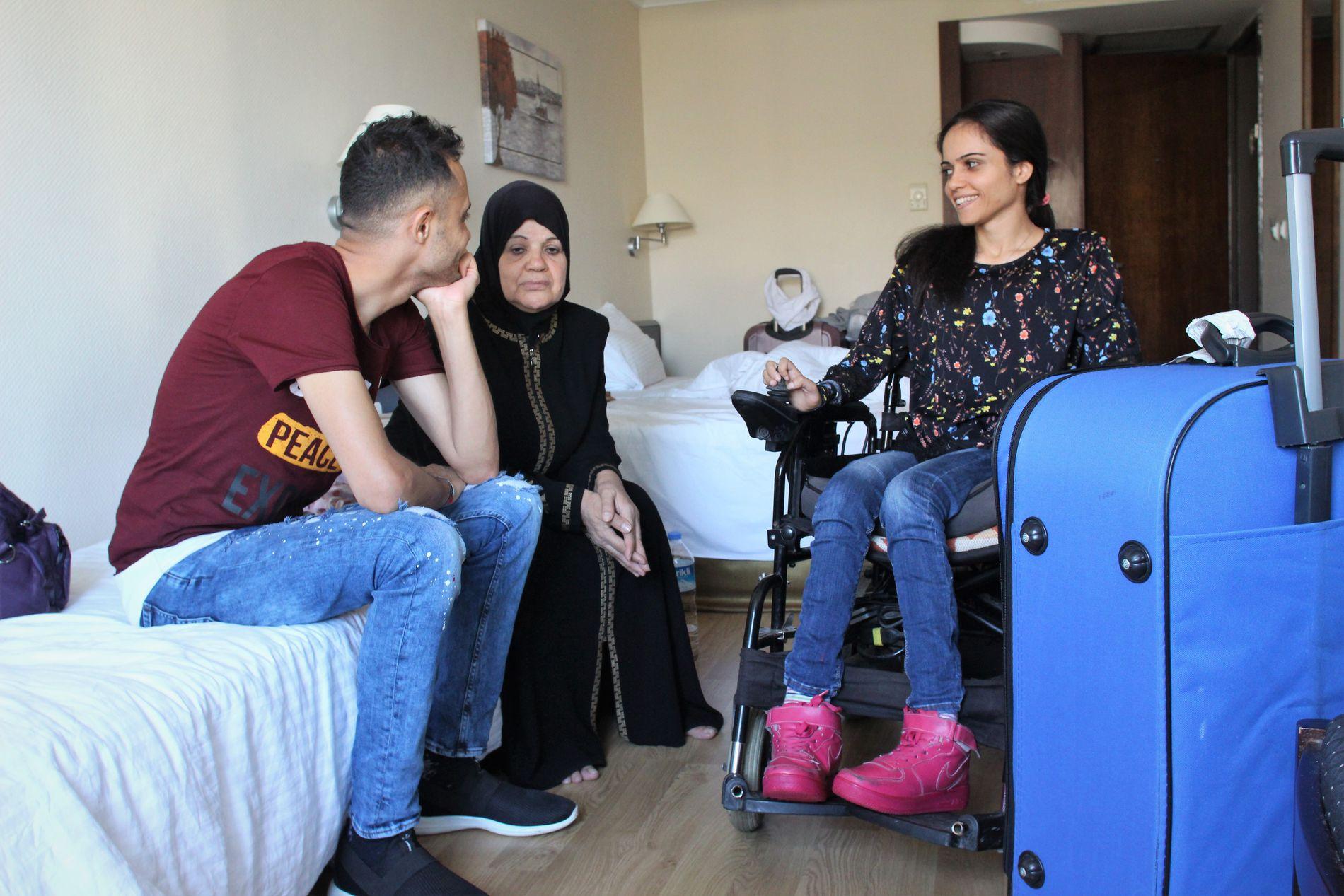 FØR AVREISE: Noor og broren Ahmad forsøker å berolige moren Amal, som er redd for å fly, før avreise fra Tyrkia.