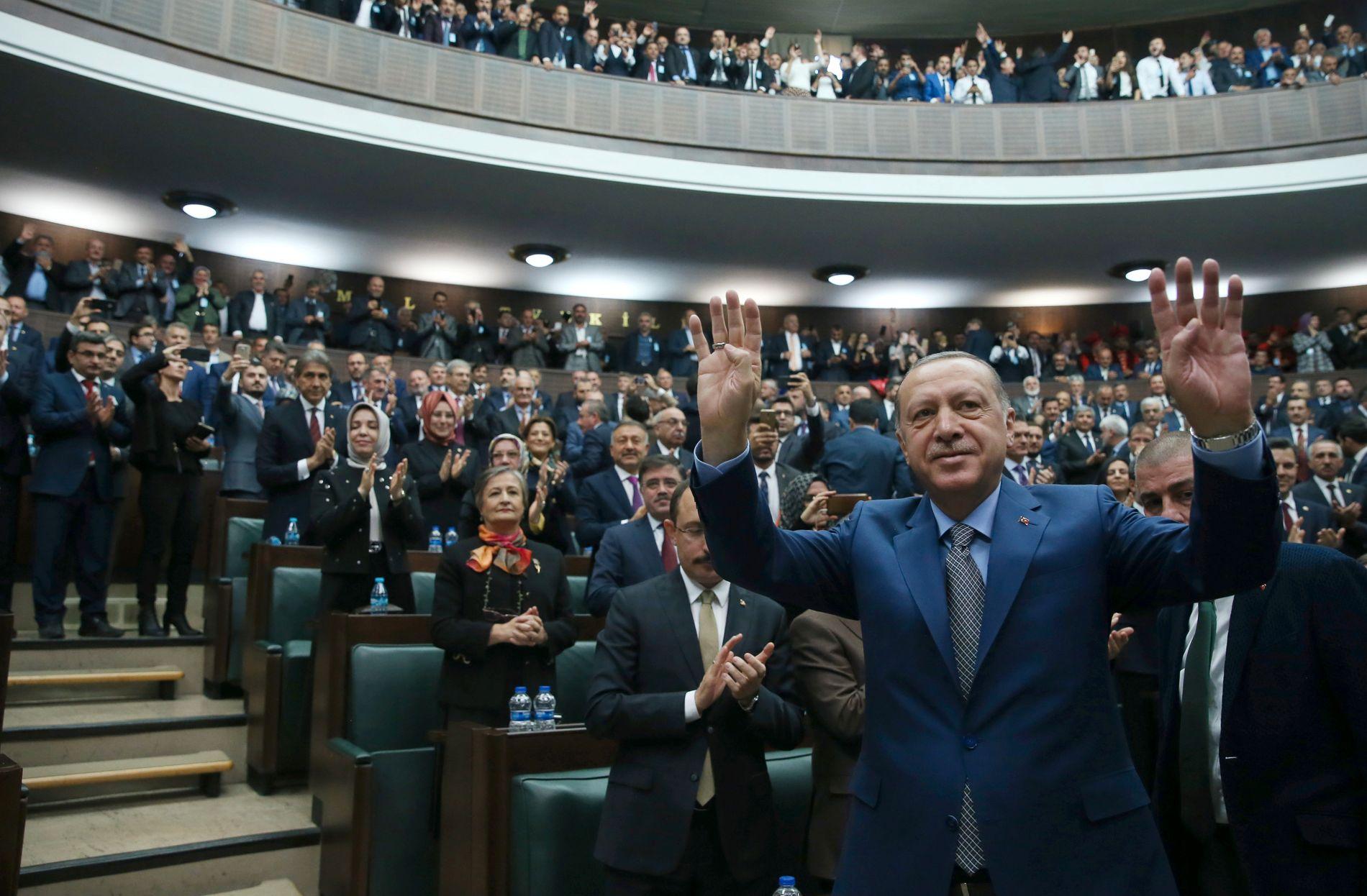 FORDØMTE DRAPET: Her har Tyrkias president Recep Tayyip Erdogan nettopp fordømt drapet på Jamal Khashoggi i det tyrkiske parlamentet.
