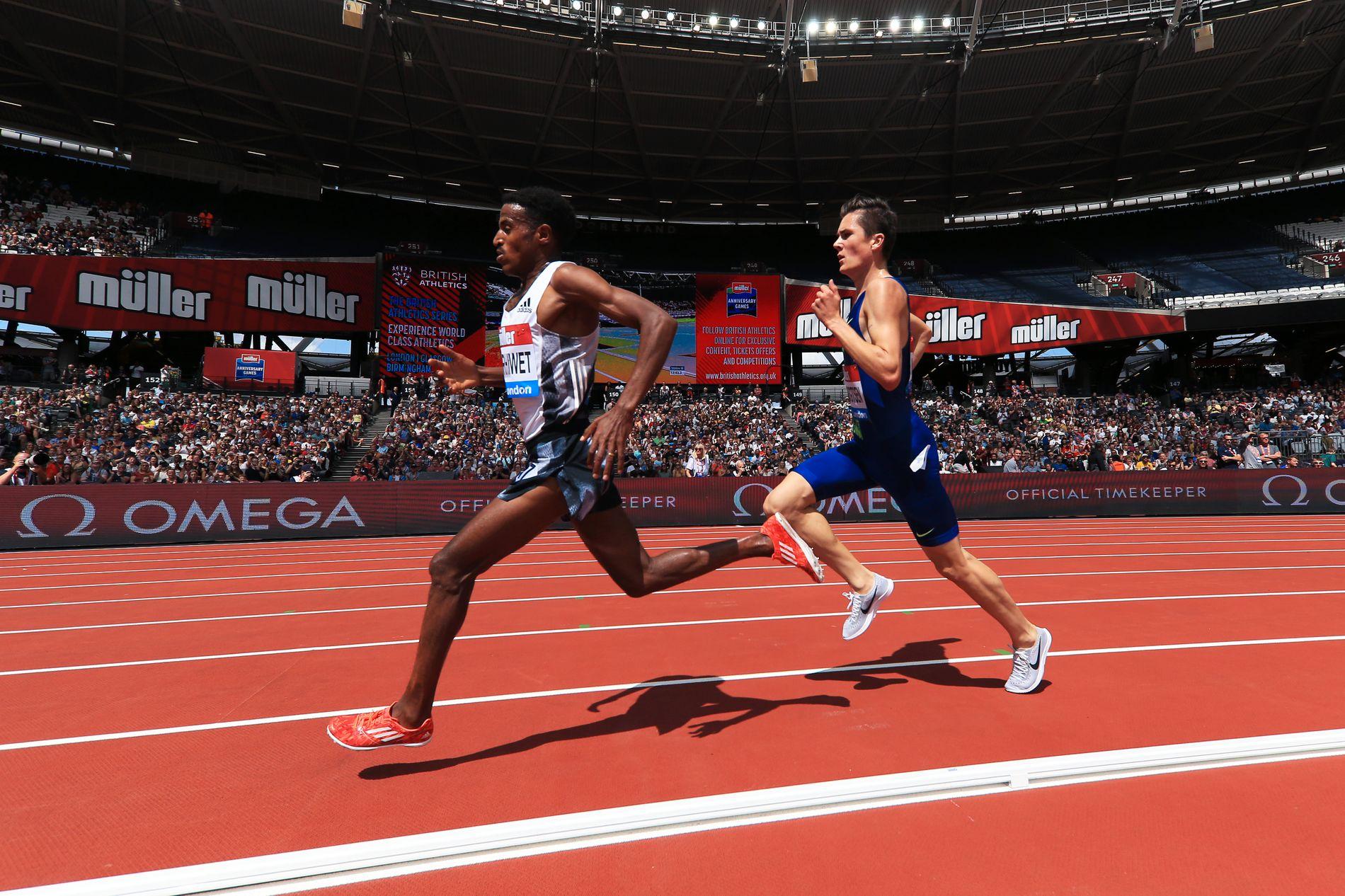 I FARTA: Jakob Ingebrigtsen i rygg på Hagos Gebrhiwet under 5000-meteren i London.