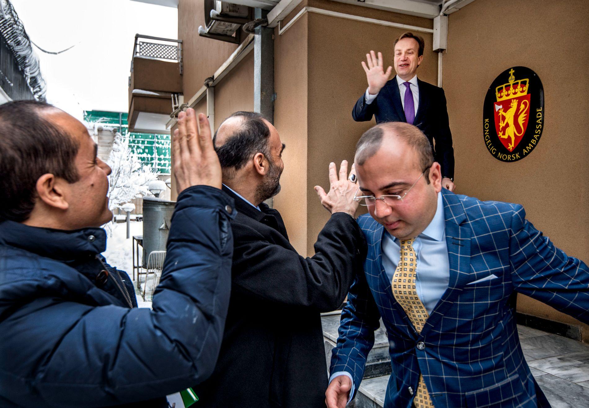 TOPPMØTE: Her vinker utenriksminister Børge Brende farvel til Muhammed Atta Noor (i midten), guvernør i Balkh provinsen og en Afghanistans mektigste menn, etter søndagens besøk i Kabul.