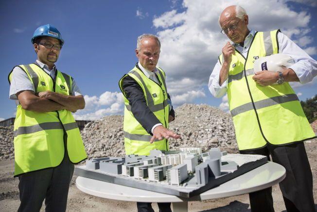 HER BLIR DET BOLIGER: Jan Tore Sanner (i midten) studerer planene for en ny stor OBOS-utbygging på Løren i Oslo. OBOS-sjefene Daniel Kjørberg Siraj (til venstre) og Martin Mæland er fornøyd med at femårsfristen fjernes.