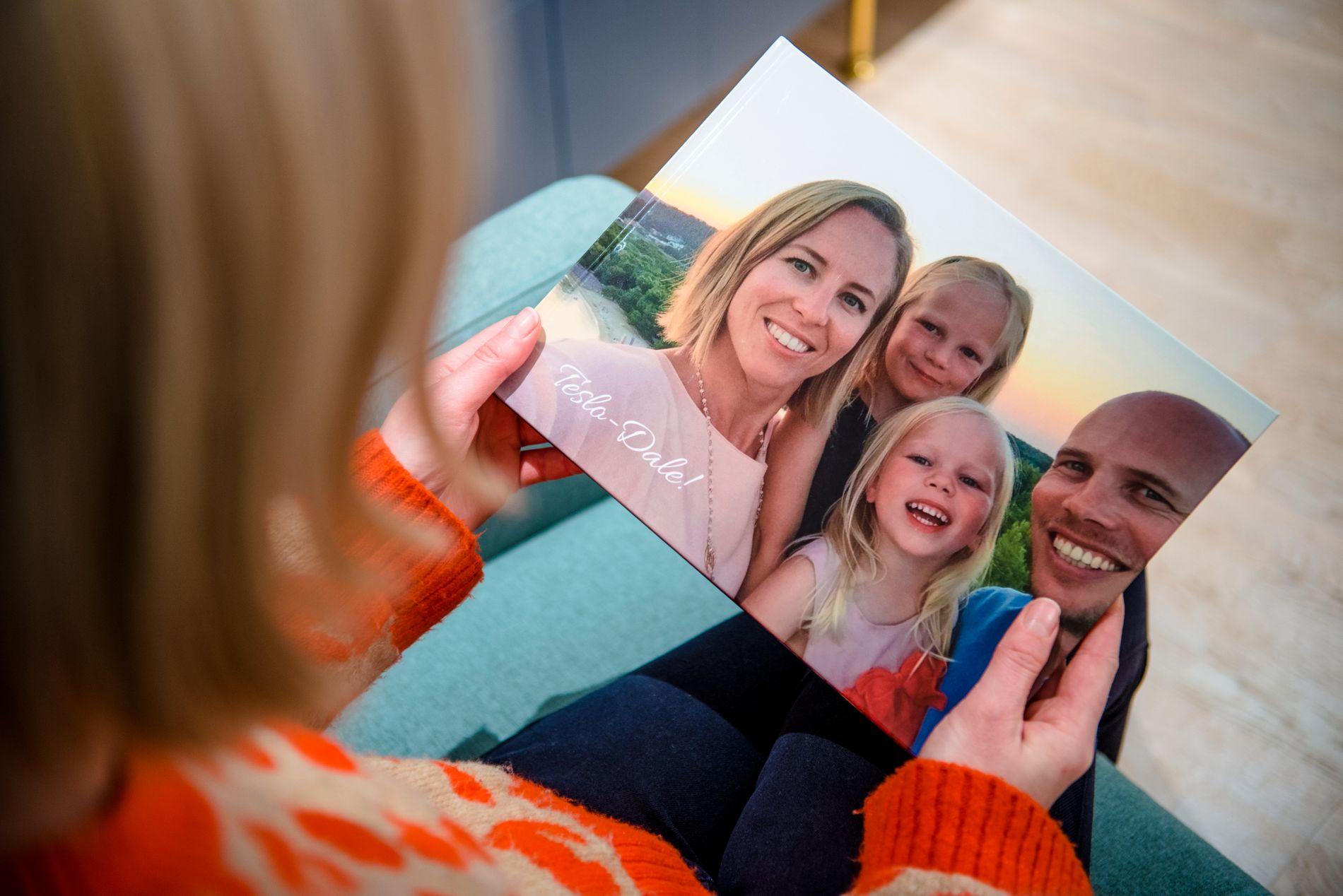 FINT MINNE: Slik ble forsiden på familiens fotobok seende ut.