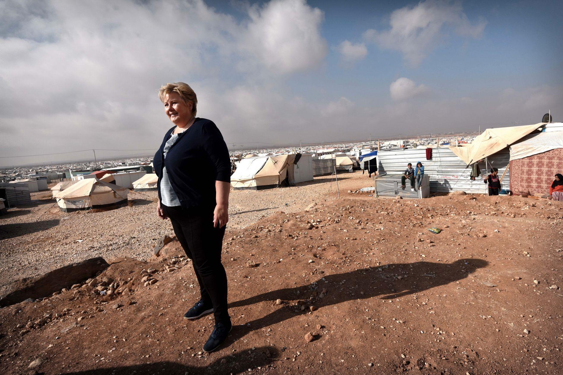 BESØKTE FLYKTNINGLEIR: Statsminister Erna Solberg i den enorme Zaatari-leiren i Jordan under et besøk i 2015.
