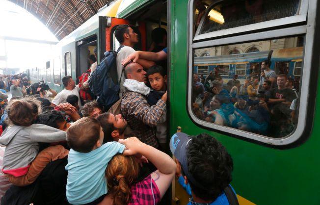 KAOS: VGs reporter på Keleti-stasjonen i Ungarn beskrev forholdene som fullstendig kaotiske: «Det er rop, skrik, gråt og kamp for å komme om bord i togene. Flyktningene klatrer inn gjennom vinduer, noen opp på taket av vognene, for å komme seg av gårde.»