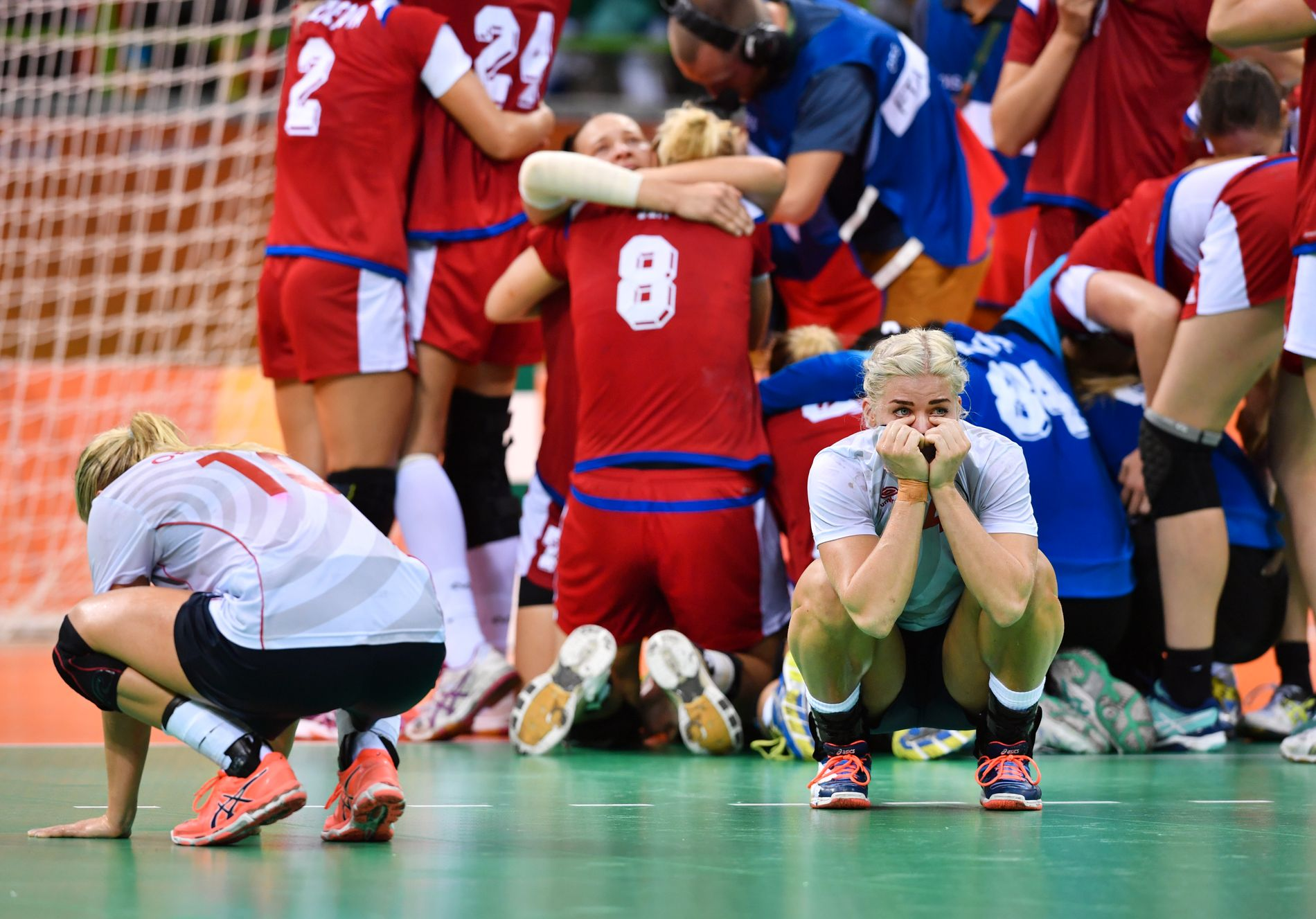 SØNDERKNUST: Stine Bredal Oftedal og Veronica Kristiansen fortviler etter kampen. I bakgrunnen jubler de russiske jentene for finaleplass.