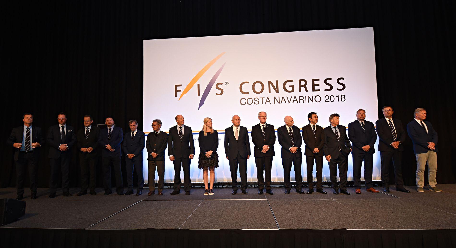 FIS-STYRET: Dette var styret til FIS ved innledningen av FIS-kongressen i mai i år. Som vi ser er bare én av 16 personer kvinner.