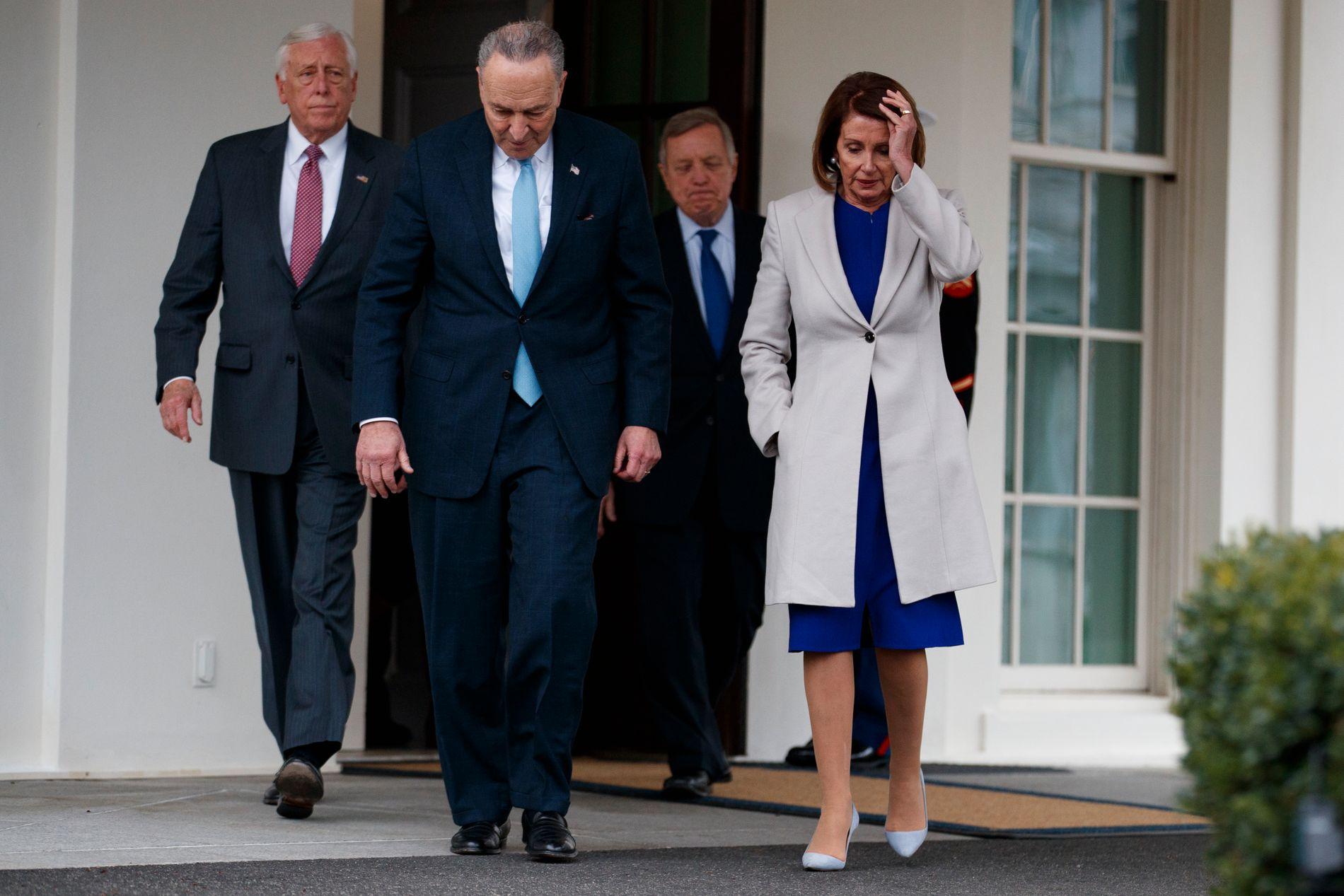 VIL AT MUELLER VITNER: Demokratenes leder i Senatet, Chuck Schumer og Nancy Pelosi, leder i Representantenes hus vil at spesialetterforsker Robert Mueller skal vitne for Kongressen.