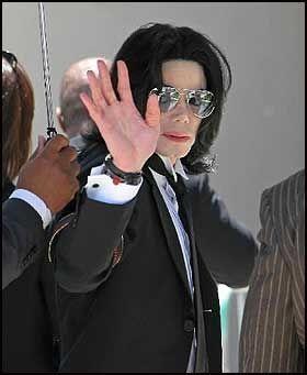 AVGJØRELSE: Michael Jackson (46) ankommer rettslokalene i Santa Maria for å få dommen mot seg forkynt. Foto: AP