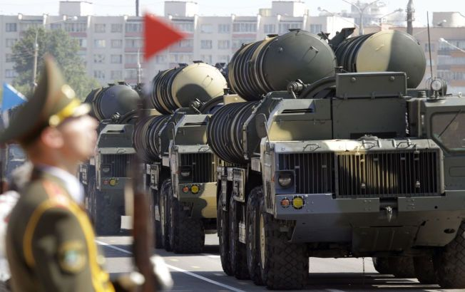 S-300: Eksempel på missilsystemet som Iran nå kan få kjøpe. Dette bildet er fra Minsk i Hviterussland.
