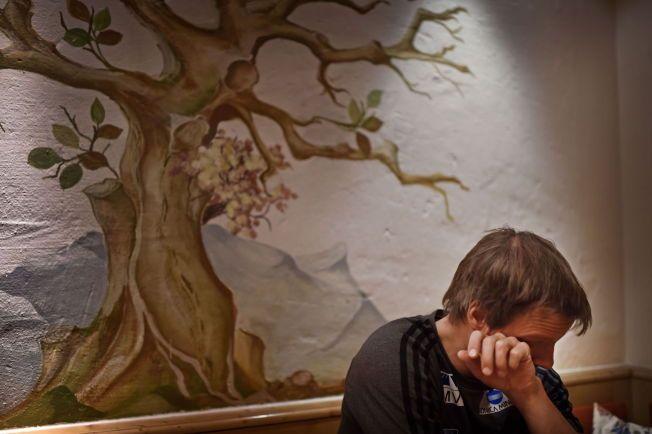 RØRT TIL TÅRER: Alexander Stöckl tørker tårene. Et leserinnlegg fra VG ble for sterk kost for ham på restaurant i Garmisch-Partenkirchen.