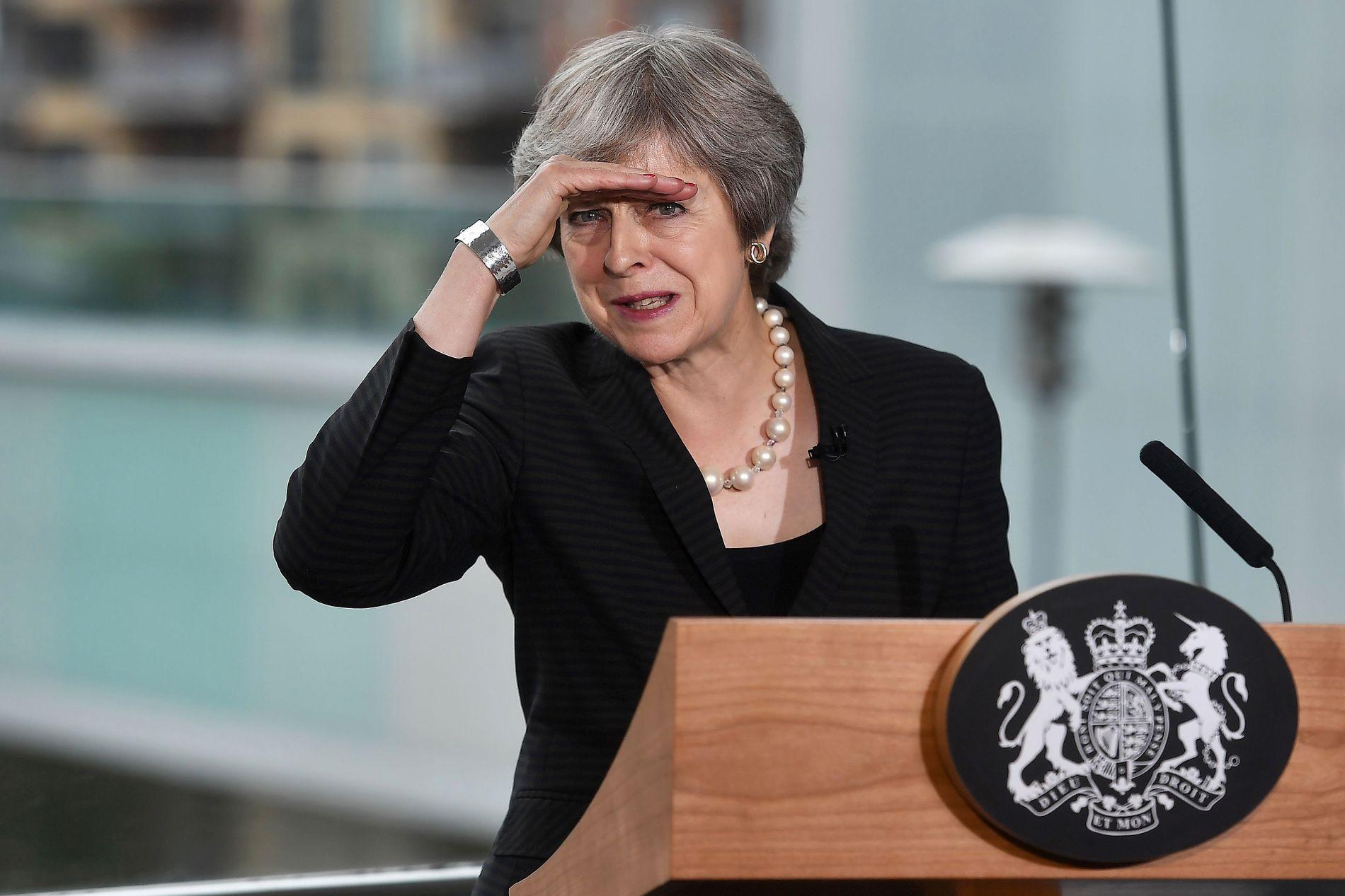«EXIT» I SIKTE? Statsminister Theresa May er i ferd med å drukne i kritikk fra både partifeller og opposisjonen. Også velgerne snur nå ryggen til hennes nye brexit-forslag.
